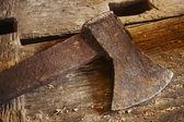 Antieke instrumenten. axe met stukken hout. — Stockfoto