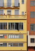 Каталонский флаг на здании фасад Жирона Испания — Стоковое фото