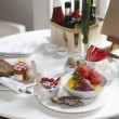 Foto Stock: Hotel breakfast table