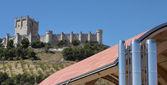 现代建筑对西班牙古堡 — 图库照片