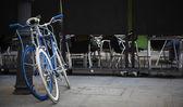Vélos urbains verrouillés dans une rue. — Photo