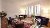 интерьер дома с белые кирпичные стены и деревянный пол — Стоковое фото