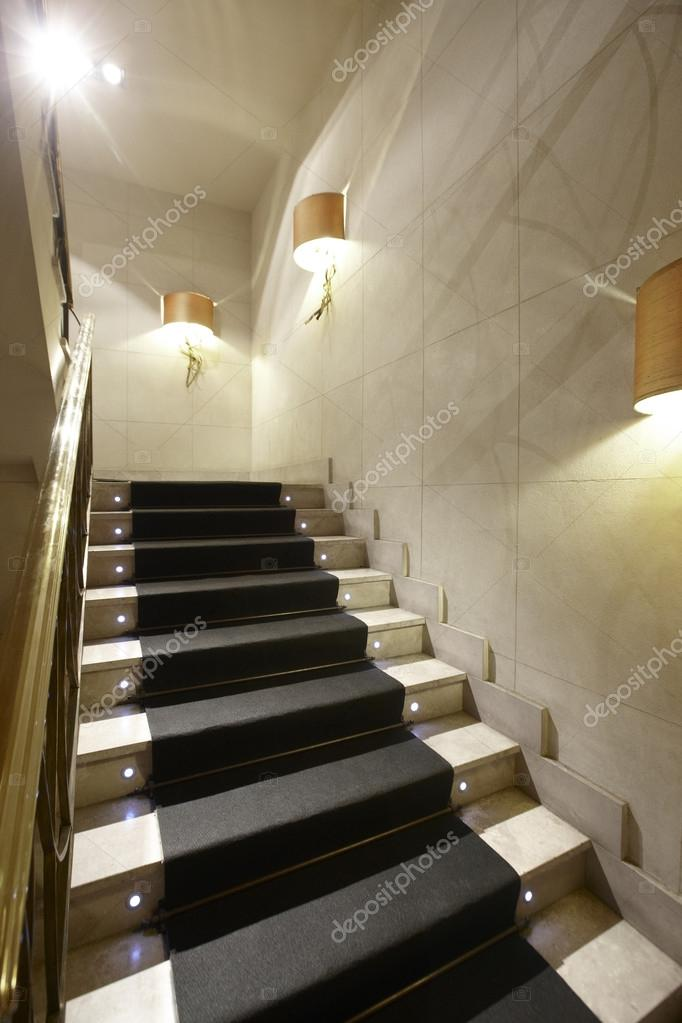 Interno di casa di lusso con scale in marmo foto stock for Piani di casa di lusso log