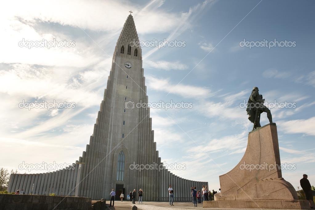 Islanda reykjavik chiesa di hallgr mskirkja e scultura for Casette di legno in islanda reykjavik