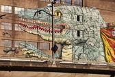 Lagarto pintado en y viejo almacén. línea de tren. — Foto de Stock