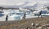 Iceland. Southeast area. Jokulsarlon. Pedestrians, icebergs, lak — Foto de Stock