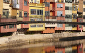 Spain. Catalonia. Girona. Onar colorful houses and bridge. — 图库照片
