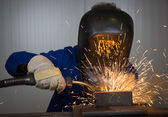 Man welding steel creating many sparks — Foto Stock