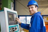 Trabalhador da construção civil operando uma máquina — Foto Stock