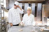 Apprenti en boulangerie, tente de former un bretzel de pâte — Photo