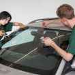 Glazier replacing windshield — Lizenzfreies Foto