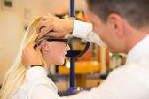 Doğru inceleyerek gözlükçü gözlük çerçevesinin müşteri için uygun — Stok fotoğraf