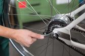 工作的自行车机械师的手的特写 — 图库照片