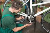 Rower mechanik naprawy pasa ząb w warsztacie — Zdjęcie stockowe