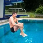 hombre divirtiendo de salto de trampolín en la piscina — Foto de Stock   #30562907