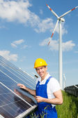 Engineer inspects solar panels at energy park — Stock Photo