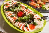 Mussarela e tomates na bandeja no buffet — Fotografia Stock