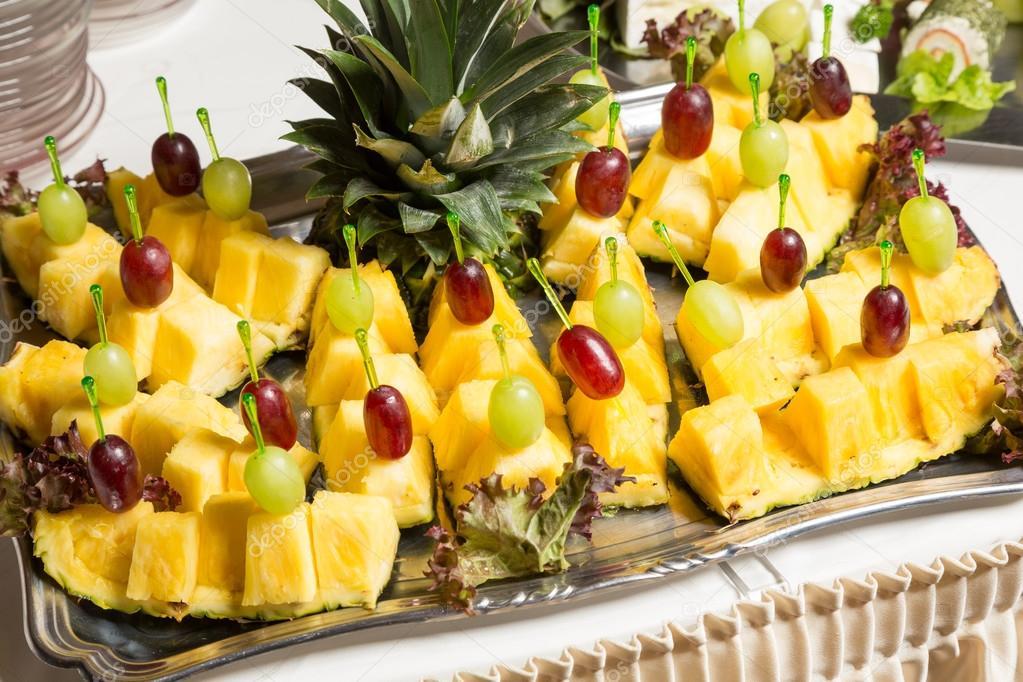 buffet mit vorspeisen von ananas und trauben und andere fr chte im restaurant stockfoto. Black Bedroom Furniture Sets. Home Design Ideas