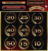 Etiqueta aniversario dorado con cintas, conjunto de corona de laurel dorado — Vector de stock