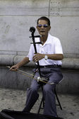 Asian Man Playing Ehru In Chinatown — ストック写真