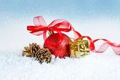 Julkort med röd boll — Stockfoto