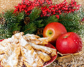Sweet pastry and red apples in the snowy frame — Stock fotografie