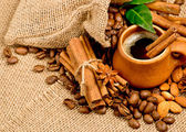 Сoffee beans and clay cup — Stock Photo
