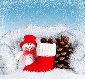 Weihnachten-Komposition mit lächelnden Schneemann — Stockfoto