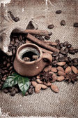 咖啡豆和粘土杯. — 图库照片