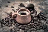 Grains de café et de la coupe d'argile dans un style rétro — Photo