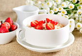 Oatmeal with strawberries — Stock Photo