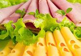 сыр со свининой и листьями салата — Стоковое фото