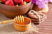 Still life of strawberries and honey — Stock Photo