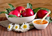 Still life with apples, honey and daisies — Stock Photo