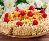 Ciasto i kwiaty na mat bambusowych — Zdjęcie stockowe