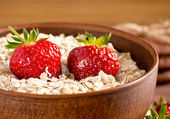 Oatmeal and strawberries  — Stock Photo