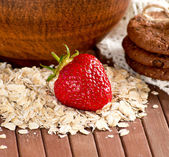 Oatmeal with strawberries and cookies — Stock Photo