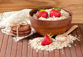Oatmeal, strawberries and cookies — Стоковое фото