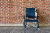 Sedia a rotelle rotoli sul marciapiede. — Foto Stock
