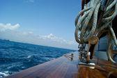 Pohled z boku lodě plovoucí — Stock fotografie
