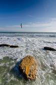 Gaviota sobrevolando en el cielo azul - el litoral del océano tempestuoso — Foto de Stock