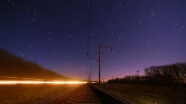 Night rails -green light train way with motion stars, stratrails skyes timelapse — Vídeo Stock