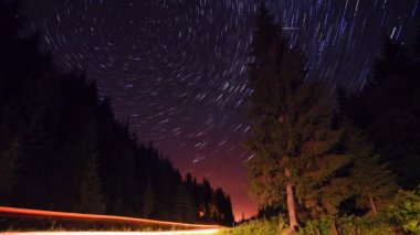 Star trails in the mountains forest road - moving stars timelapse — Vídeo Stock
