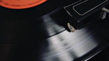 Vintage turntable playing vinyl black record with red sticker — ストックビデオ