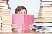 Homem entre livros — Fotografia Stock