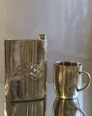 金属のフラスコとマグカップ — ストック写真