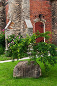Large boulder near the church — Stockfoto