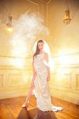 красивая невеста с дыма позади — Стоковое фото