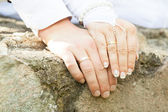 Wedding rings on the fingers of the bride and groom. — Stock Photo
