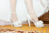 Dressing white wedding shoes — Stockfoto
